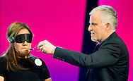 """AALSMEER - Patty brard en Peter de r de vries in het programma mindmasters van sbs , Patty Brard heeft geen goede herinneringen aan de samenwerking met Peter. R. de Vries in het programma Mindmasters Live. Nu het programma vroegtijdig van de buis is gehaald, doet Patty een boekje open over het gedrag van haar medejurylid. In haar wekelijkse column klaagt de Shownieuws-deskundige over de 'arrogante' houding van de misdaadjournalist, die haar 'schele hoofdpijn' bezorgde. """"Hoe kun je je zoveel beter voelen dan een ander dat je weigert een tv-collega een hand te geven en hem voor Jan met de korte achternaam met uitgestoken hand laten staan? Ik heb het met verbijstering aanschouwd"""", schrijft Patty. Brard probeerde tijdens de twee liveshows meerdere malen contact te leggen met Peter. """"Ik probeerde net zo aardig tegen Boer Geert aan mijn linkerzijde te zijn als tegen Peter R. aan mijn rechterzijde. Bij Geert lukte dat, bij Peter werd het verzet steeds groter. Die man moet mij haten. Ik zal zijn niveau wel niet zijn."""" COPYRIGHT ROBIN UTRECHT"""
