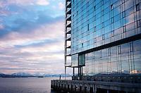 Solnedgangen speiler seg i Rica Seilet hotell i Molde.<br /> Foto: Svein Ove Ekornesvåg