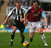 Photo: Andrew Unwin.<br /> Newcastle United v West Ham United. The Barclays Premiership. 20/01/2007.<br /> Newcastle's  Alan O'Brien (L) looks to tackle West Ham's Christian Dailly (R).