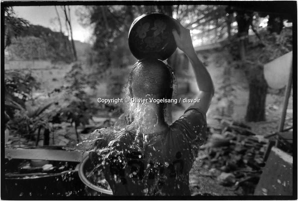 Thailande. Saraburi. Le monast&egrave;re bouddhiste de Thamkrabok est un centre de d&eacute;sintoxication et de r&eacute;hablitation situ&eacute; &agrave; une centaine de kilom&egrave;tres de Bangkok. Ce lieu offre un programme de d&eacute;sintoxication &agrave; des toxicomanes venu du monde entier. Eau froide apr&egrave;s le bain de vapeur aux herbes essentielles.<br /> <br /> <br /> <br /> Thailand. Saraburi. The Buddhist monastery of Thamkrabok is a detoxification and rehabilitation center located at approximately one hundred kilometers from Bangkok. The center has been offering detoxification treatments to drug addicts from all over the world. Cold water after the steam bath with the essential herbes.