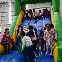 Lerma, México.- Niños del Estado de México pudieron disfrutar de juegos, regalos y un espectáculo, como parte del festejo del Día de Reyes, organizado por el Gobierno del Estado de México.  Agencia MVT / Crisanta Espinosa