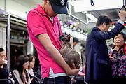 Junger Mann und Katze reisen zusammen mit der Metro in Seoul im Zentrum der koreanischen Metropole...Young man travelling with his cat with the Seoul subway in the center of the Korean metropolis.