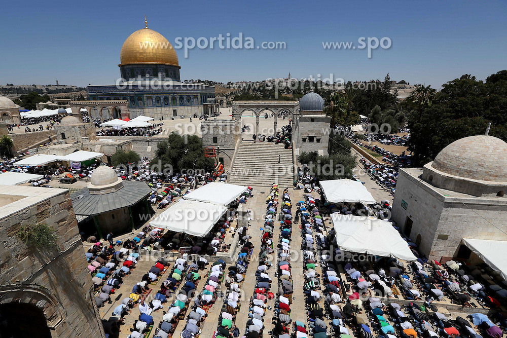 10.07.2015, Jerusalem, ISR, Fastenmonat Ramadan, im Bild Gl&auml;ubige Muslime im Fastenmonat Ramadan // Palestinian worshipers attend the fourth Friday prayers of the Muslim holy fasting month of Ramadan, outside the Dome of the Rock at the Al-Aqsa Mosque compound in Jerusalem on July 10, 2015. The Israeli army deployed hundreds of soldiers at military checkpoints in Palestinian towns of the West Bank, as they allowed men over the age of 50 years as well as women over 30 years of age to enter without permits, Israel on 2015/07/10. EXPA Pictures &copy; 2015, PhotoCredit: EXPA/ APAimages/ Ahmad Talat<br /> <br /> *****ATTENTION - for AUT, GER, SUI, ITA, POL, CRO, SRB only*****