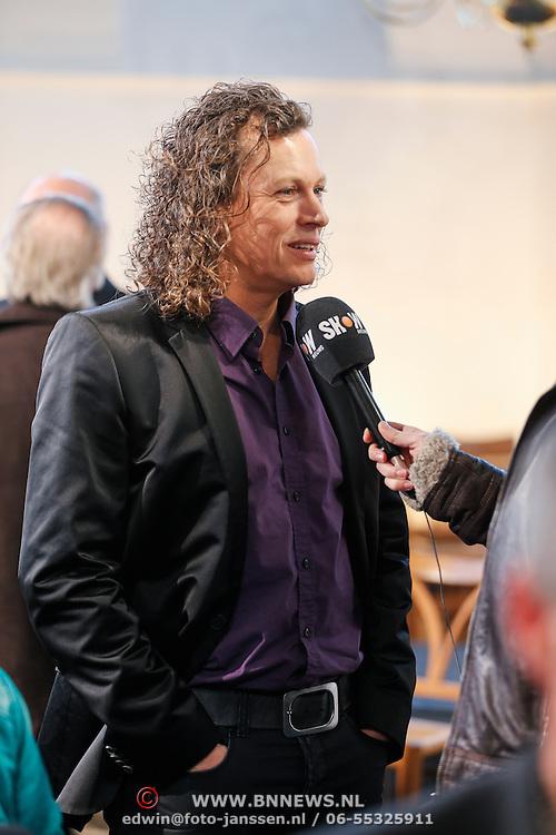 NLD/Loosdrecht/20130305 - Opname EO Mattheus Passion Masterclass 2013, zanger Syb van der Ploeg word geinterviewd door SBS Shownieuws