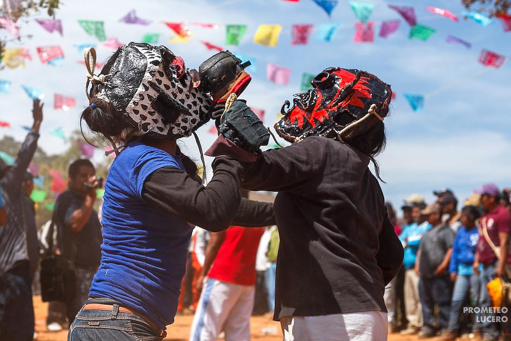 Mujeres participan en la pelea de tigres. La tradici&oacute;n en un inicio marcaba que en el ritual solamente participaran hombres adultos.<br /> <br /> Cada a&ntilde;o, Ind&iacute;genas nahuas de Acatl&aacute;n, municipio de Chilapa, Guerrero, protagonizan en las alturas del Corozco o &quot;Lugar de las Cruces&quot;, la Pelea de Tigres para atraer la lluvia y mejorar las cosechas. En el batimiento participan hombres, pero tambi&eacute;n mujeres y ni&ntilde;os. La creencia es que mientras m&aacute;s peleas haya, mejores lluvias habr&aacute; para el campo. (Foto: Prometeo Lucero)