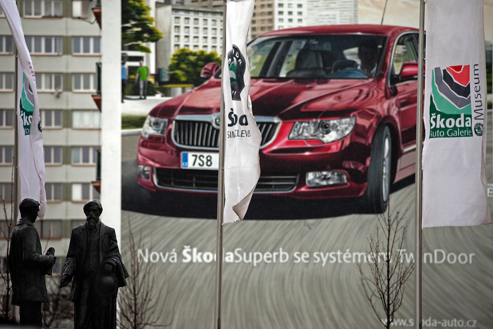 Die Skulpturen von den Skoda Gruendern Vaclav Klement und Vaclav Laurin vor dem Skoda Automuseum in Mlada Boleslav. Im Hintergrund Werbung fuer den neuen Skoda Superb. Mlada Boleslav liegt noerdlich von Prag und ist ungefaehr 60 Kilometer von der tschechischen Haupstadt entfernt. Skoda Auto besch&auml;ftigt in Tschechien 23.976 Mitarbeiter (Stand 2006), den Grossteil davon in der Zentrale in Mlada Boleslav. Damit sind mehr als 3/4 aller Erwerbst&auml;tigen der Stadt in dem Automobilkonzern t&auml;tig.<br /> <br />                                      Skoda founders Vaclav Laurin and Vaclav Klement infront of a bigboard commercial for the Skoda Superb at a panel house close to the Skoda factory in the city of Mlada Boleslav. The city is located north of Prague and about 60 km away from the Czech capital. Skoda Auto has about 23.976 employees (2006) in Czech Republic and a big part of them is working in Mlada Boleslav. 3/4 of the working population in Mlada Boleslav is working for the Skoda Auto company.