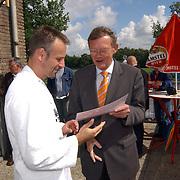 Finale Amstelcup amateurs 2004, VV Sneek - Ter Leede, Carlo v. Zelst ontvangt cheque