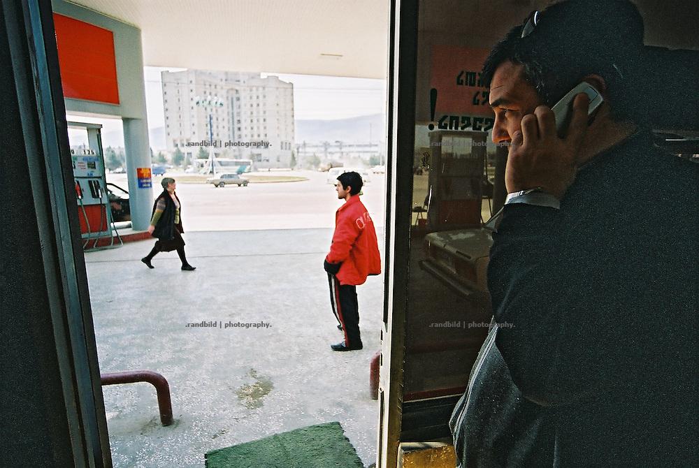 Georgische Tankwarte bei der Arbeit. In der ostgeorgischen Stadt Rustawi betreibt der Unternehmer Paata Scharaschenidse zwei Tankstellen, baut eine Restaurant und Casino. Der Unternehmer investiert in der trostlosen Trabantenstadt unter hohem Risiko und beschäftigt 45 Mitarbeiter...Daily business at a Paata Sharashenidze´s gas station in Rustavi, Georgia.