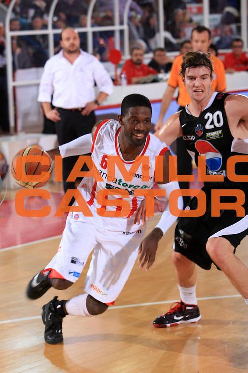 DESCRIZIONE : Teramo Lega A 2009-10 Basket Bancatercas Teramo Pepsi Caserta<br /> GIOCATORE : Bobby Jones<br /> SQUADRA : Bancatercas Teramo<br /> EVENTO : Campionato Lega A 2009-2010 <br /> GARA : Bancatercas Teramo Pepsi Caserta<br /> DATA : 15/11/2009<br /> CATEGORIA : palleggio<br /> SPORT : Pallacanestro <br /> AUTORE : Agenzia Ciamillo-Castoria/M.Carrelli<br /> Galleria : Lega Basket A 2009-2010 <br /> Fotonotizia : Teramo Lega A 2009-10 Basket Bancatercas Teramo Pepsi Caserta<br /> Predefinita :