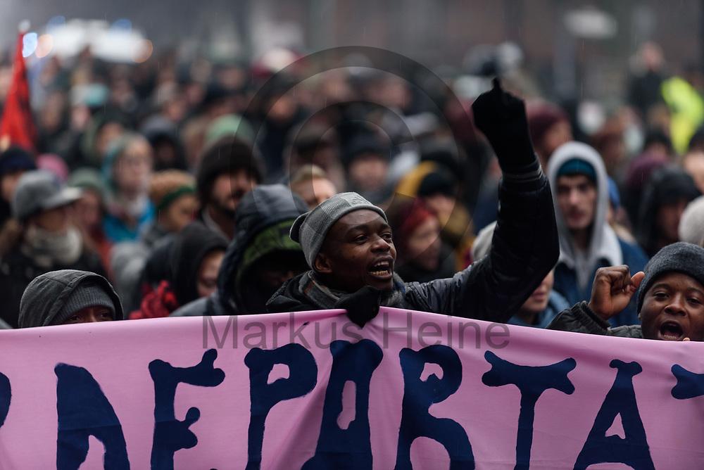 Deutschland, Berlin - 11.01.2018<br /> <br /> Nach der R&auml;umung demonstrierten Fl&uuml;chtlinge und Unterst&uuml;tzer gegen Abschiebungen und und f&uuml;r &bdquo;Solidarit&auml;t mit den Bewohnern&ldquo;. Die ehemals von Fluechtlingen besetzte Schule in der Ohlauer Stra&szlig;e wurde von der Polizei, am Morgen, an den Bezirk &uuml;bergeben. Schon vor der Raeumung verlie&szlig;en am Mittwochabend Fl&uuml;chtlinge die besetzte Schule.<br /> <br /> Germany, Berlin - 11.01.2018<br /> <br /> After the eviction, refugees and supporters demonstrate against deportations and for &quot;solidarity with the inhabitants&quot;. The formerly school in Ohlauer Street which was occupied by refugees was committed by the police to the district. On Wednesday night the last refugees left the building.<br /> <br />  Foto: Markus Heine<br /> <br /> ------------------------------<br /> <br /> Ver&ouml;ffentlichung nur mit Fotografennennung, sowie gegen Honorar und Belegexemplar.<br /> <br /> Bankverbindung:<br /> IBAN: DE65660908000004437497<br /> BIC CODE: GENODE61BBB<br /> Badische Beamten Bank Karlsruhe<br /> <br /> USt-IdNr: DE291853306<br /> <br /> Please note:<br /> All rights reserved! Don't publish without copyright!<br /> <br /> Stand: 01.2018<br /> <br /> ------------------------------