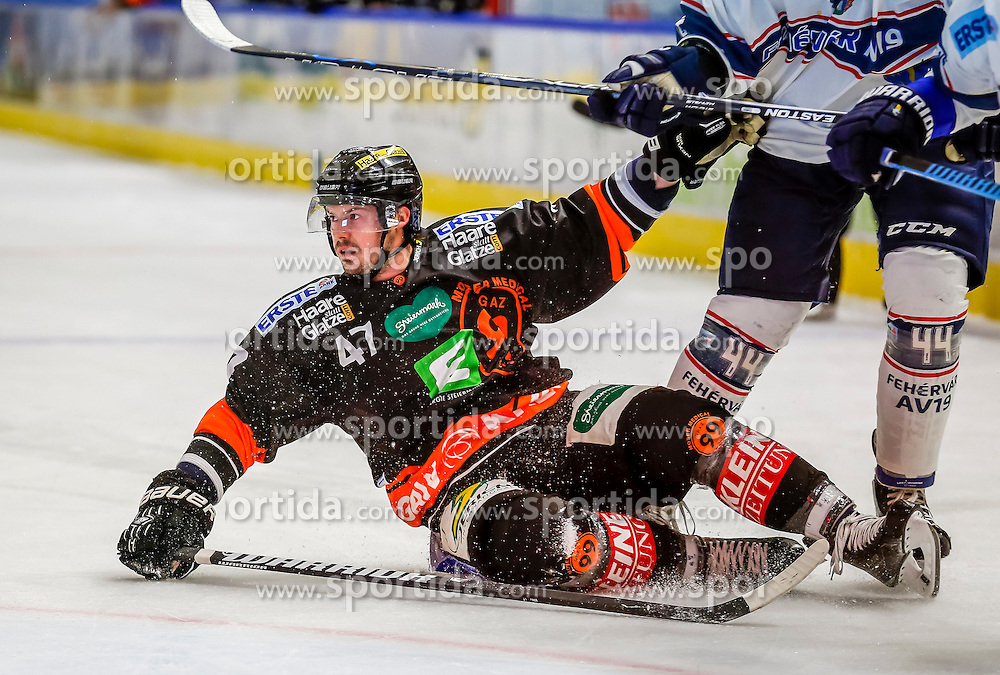 16.10.2015, Eisstadion Liebenau, Graz, AUT, EBEL, Moser Medical Graz 99ers vs Fehervar AV 19, 12. Runde, im Bild Evan Brophey (EC Graz 99ers) und Ryan Martinelli (Fehervar AV 19) // during the Erste Bank Icehockey League 12th Round match between Moser Medical Graz 99ers and Fehervar AV 19 at the Ice Stadium Liebenau, Graz, Austria on 2015/10/16, EXPA Pictures © 2015, PhotoCredit: EXPA/ Erwin Scheriau