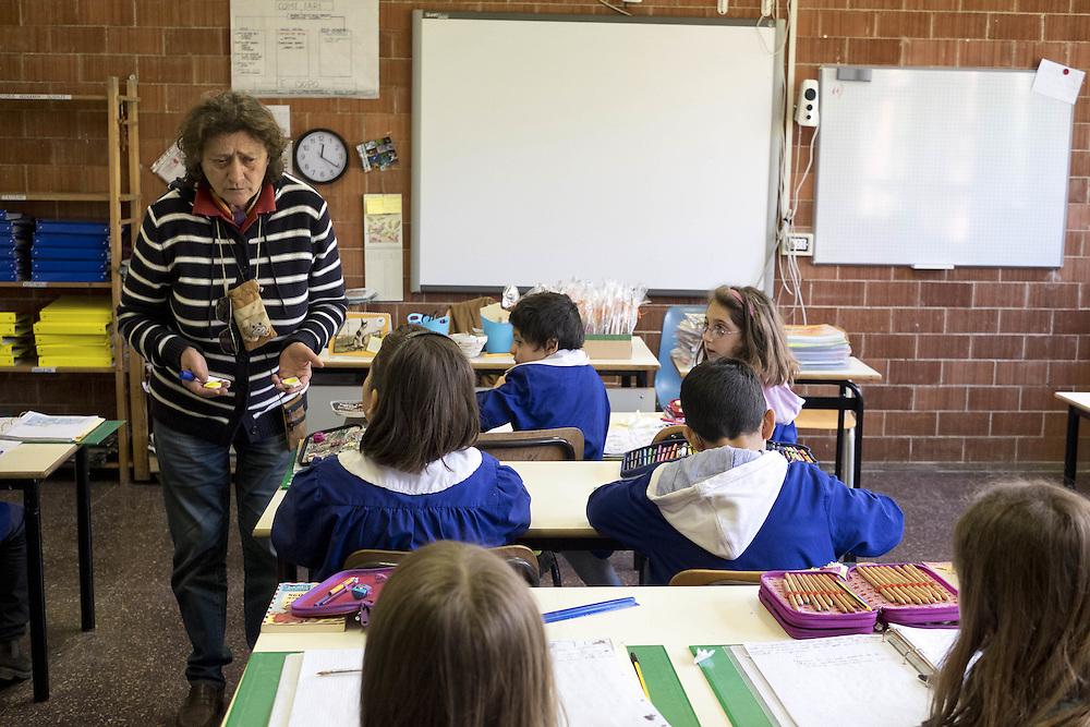 studenti in classe con insegnate<br /> <br /> Students in classroom
