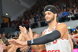 04.01.2015, Brose Arena, Bamberg, GER, Beko Basketball BL, Brose Baskets Bamberg vs FC Bayern Muenchen, 17. Runde, im Bild Die Spieler der Brose Baskets Bamberg bedanken sich nach dem Sieg gegen den FC Bayern Muenchen bei den Fans. Im Bild: Joshua Dwight Duncan (Brose Baskets Bamberg) // during the Beko Basketball Bundes league 17th round match between Brose Baskets Bamberg and FC Bayern Muenchen at the Brose Arena in Bamberg, Germany on 2015/01/04. EXPA Pictures &copy; 2015, PhotoCredit: EXPA/ Eibner-Pressefoto/ Merz<br /> <br /> *****ATTENTION - OUT of GER*****