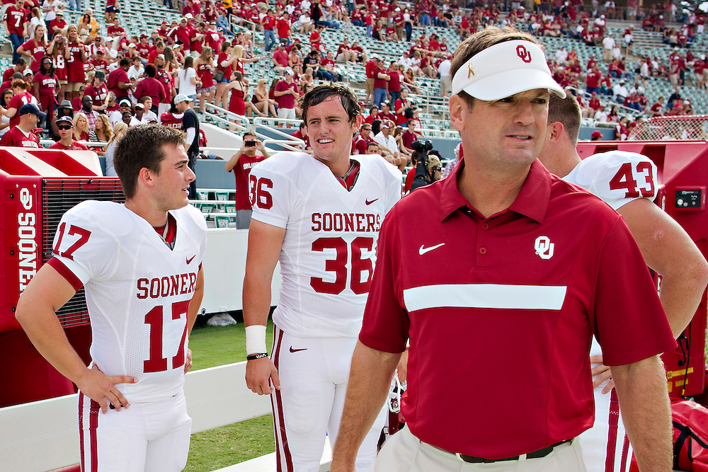 DALLAS, TX - OCTOBER 8:   Head Coach Bob Stoops of the Oklahoma Sooners on the sidelines before a game against the Texas Longhorns at the Cotton Bowl on October 8, 2011 in Dallas, Texas.  The Sooners defeated the Longhorns 55 to 17.  (Photo by Wesley Hitt/Getty Images) *** Local Caption *** Bob Stoops