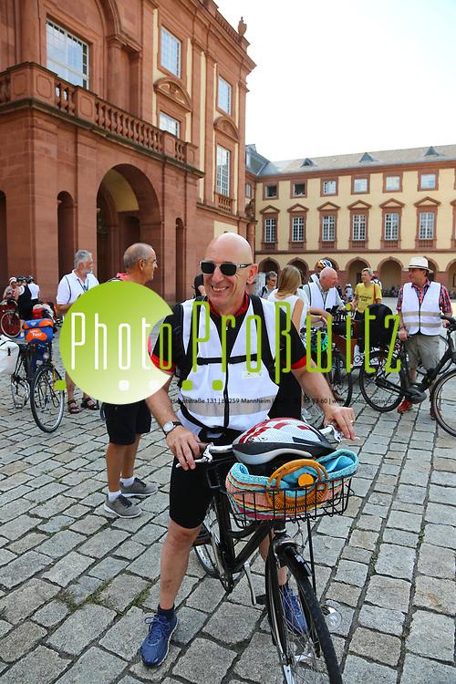 Mannheim. 26.08.17 | Sommerliche Fahrradreise.<br /> Schloss. Ehrenhof. Sommerliche Fahrradreise der Finanzstaatssekret&auml;rin Gisela Splett zu den Schl&ouml;ssern der Kurpfalz<br /> - MICHAEL H&Ouml;RRMANN (Staatliche Schl&ouml;sser und G&auml;rten)<br /> <br /> BILD- ID 0507 |<br /> Bild: Markus Prosswitz 26AUG17 / masterpress (Bild ist honorarpflichtig - No Model Release!)