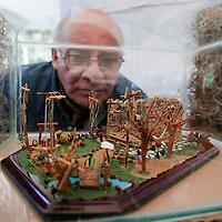 TOLUCA, Mexico.- El artesano de marionetas en miniatura, Mario Rojas Cervantes, expone dos nacimientos en la explanada de la alameda central. Agencia MVT / Mario Vazquez de la Torre. (DIGITAL)