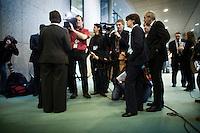 Nederland. Den Haag, 4 februari 2009.<br /> PvdA fractievoorzitter Hamer live op televisie tijdens een schorsing. Debat over Irak in de Tweede Kamer.. De Tweede Kamer debatteert over het plan van premier Jan Peter Balkenende om een onderzoekscommissie in te stellen naar de besluitvorming rond Irak in 2003. Balkenende kondigde maandag aan dat hij de jurist Willibrord Davids heeft gevraagd deze commissie te leiden. <br /> Foto Martijn Beekman<br /> NIET VOOR PUBLIKATIE IN LANDELIJKE DAGBLADEN.