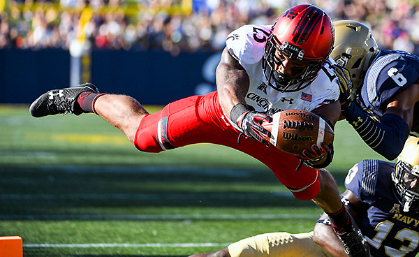 ANNAPOLIS, MD - SEPTEMBER 23: Cincinnati Bearcats running back Gerrid Doaks (23) dives into the end zone and scores on a run in the second quarter against Navy Midshipmen safety Sean Williams (6) on September 23, 2017, at Navy - Marine Corps Memorial Stadium in Annapolis, MD. The Navy Midshipmen defeated the Cincinnati Bearcats, 42-32.   (Photo by Mark Goldman/Icon Sportswire)