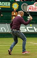 Matthias Stach TV Kommentator spielt einen Tweener  auf dem Platz und kommentiert,kurios,<br /> <br /> Tennis - Gerry Weber Open - ATP 500 -  Gerry Weber Stadion - Halle / Westf. - Nordrhein Westfalen - Germany  - 19 June 2015. <br /> &copy; Juergen Hasenkopf