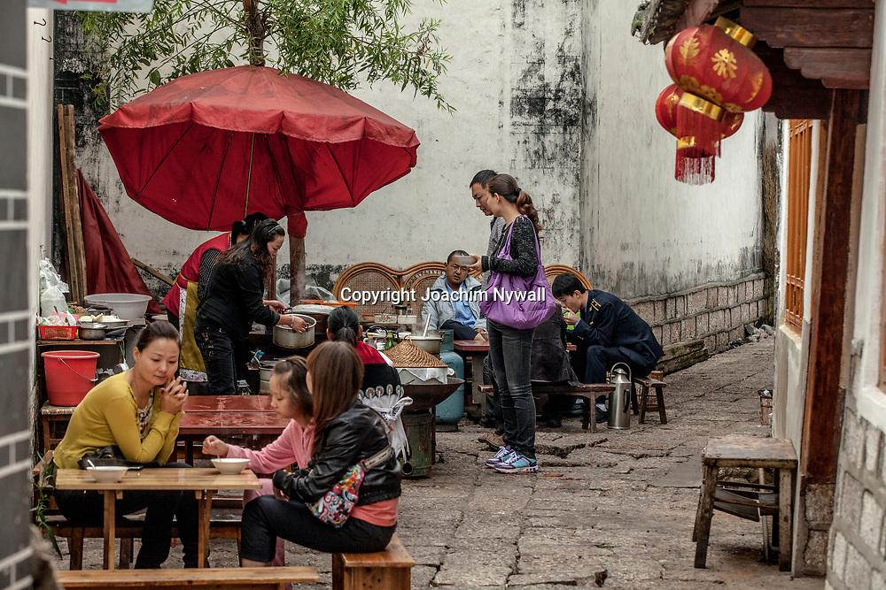 Lijiang  2011 08 Yunnan Kina<br /> Gatu restaurang i gamla stan<br /> ----<br /> FOTO : JOACHIM NYWALL KOD 0708840825_1<br /> COPYRIGHT JOACHIM NYWALL<br /> <br /> ***BETALBILD***<br /> Redovisas till <br /> NYWALL MEDIA AB<br /> Strandgatan 30<br /> 461 31 Trollh&auml;ttan<br /> Prislista enl BLF , om inget annat avtalas.