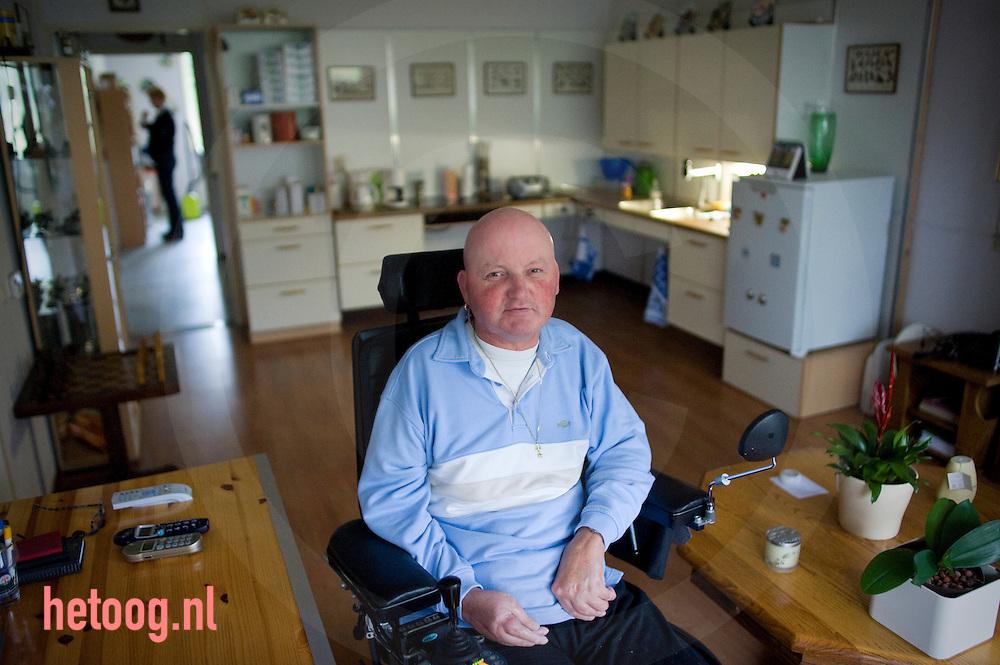 """Albert Samson (RA) vindt de positieve verhalen in """"in beweging"""" vaak wat overdreven. Het is wel goed om positieve verhalen te laten zien maar er zit ook een andere kant aan het verhaal. Albert heeft al vele jaren R.A., is vaak geopereerd, heeft veel protheses, is behoorlijk geinvalideerd,verplaatst zich in rolstoel..Ondanks dit alles is hij heel positief ingesteld en daarmee houdt hij zichzelf op de been. Sinds enkele jaren woont hij in een Fokuswoning in Zwolle. Fokus speelt voor hem een belangrijke rol. Je bepaalt zelf wat je kunt en je kunt ze oppiepen als het nodig is. Je bent daardoor toch heel zelfstandig. Dit is belangrijk voor de kwaliteit van leven. Verpleegkundig reumaconsulent Marijke Schrijver heeft Albert Samson al jaren begeleid, onder andere bij het aanvragen van voorzieningen, hulpmiddelen, leren injecteren en ook bij het verhuizen naar de Fokuswoning..- interview met Albert Samson, Regentenstraat 24, 8014 VK Zwolle, 06-30667556."""