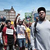 Nederland, Amsterdam, 10 juli 2016<br /> Een paar honderd mensen zijn vanmiddag op de Dam in Amsterdam bijeen gekomen om in stilte te protesteren tegen het politiegeweld in Amerika. Onder de naam Black Lives Matter trok de stoet vervolgens door de stad.<br /> &quot;Mijn initiatief was om alleen op de Dam te gaan staan met een papiertje op mijn rug&quot;, vertelt initiatiefneemster Anna Hammond.&rdquo;En&nbsp;iedereen die langs komt kon dan vragen aan mij stellen, en ik zou die vragen dan beantwoorden.&quot;<br /> &quot;Ik heb dat op mijn Facebook gepost, omdat ik dacht: ja misschien willen wel wat vrienden meedoen. En dat is viral gegaan. Ik had nooit gedacht dat er zo veel mensen op af zouden komen&quot;,&nbsp;zegt ze verrast.<br /> Op de foto: rapper Gikkels (Gideon Everduin) spreekt de menigte toe<br /> <br /> Netherlands, Amsterdam, July 10, 2016<br /> A few hundred people met this afternoon on the Dam in Amsterdam to protest silently against police violence in America. Under the name Black Lives Matter the procession continued through the city.&quot;My initiative was to just stand on the Dam with a piece of paper on my back,&quot; says initiator Anna Hammond. &quot;And everyone who comes along could then ask me questions, and I would answer those questions.&quot;I've posted on my Facebook, because I thought, yeah maybe do want to join some friends and that went viral. I never thought that so many people would join,&quot; She says surprised.<br /> In the photo: rapper Gikkels (Gideon Ever Dune) speaks to the crowd.<br /> <br /> Foto: Jean-Pierre Jans