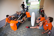 Teamleden praten met elkaar bij het pension. Het Human Power Team Delft en Amsterdam (HPT), dat bestaat uit studenten van de TU Delft en de VU Amsterdam, is in Senftenberg voor een poging het uurrecord te verbreken op de Dekrabaan. In september wil het HPT daarna een poging doen het wereldrecord snelfietsen te verbreken, dat nu op 133 km/h staat tijdens de World Human Powered Speed Challenge.<br /> <br /> With the special recumbent bike the Human Power Team Delft and Amsterdam, consisting of students of the TU Delft and the VU Amsterdam, is in Senftenberg (Germany) for the attempt to set a new hour record on a bicycle. They also wants to set a new world record cycling in September at the World Human Powered Speed Challenge. The current speed record is 133 km/h.