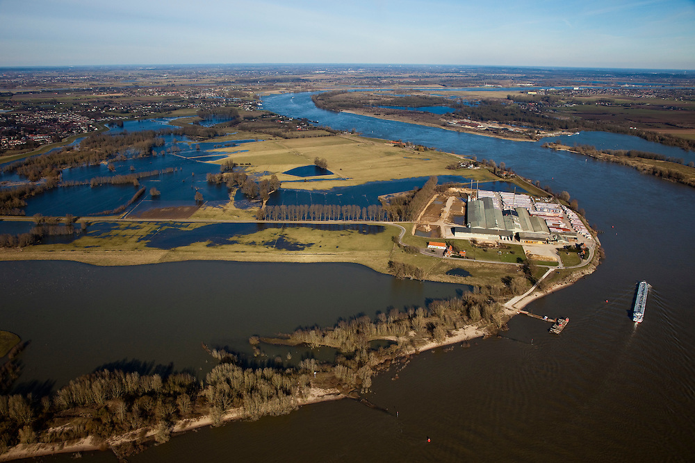 Nederland, Gelderland, Gelderse Poort, 07-03-2010; Gendtse Waard (Gendtse Polder) met rivier de Waal. In het kader van het programma Ruimte voor de Rivier, zijn er plannen om de rivierdijk op verschillende plaatsen te verlagen, evenals kades in de polder. Bij hoog water zou de bocht van de rivier als het ware afgesneden worden. De maatregelen zouden er voor zorgen dat meer rivierwater naar zee zou stromen (en ook sneller) met een betere waterverdeling tussen Waal en Pannerdensch kanaal..Gendtse Waard (foreland) or Gendt polder situated on the river Waal. Under the program Room for the River, it is considered to cut the river dike / the levee in several places. This way more river water will flow to the sea (and faster), this provides a better division of the river Rhine, between the Waal and the Pannerdensch Channel. At high waters, the river could flow in a more straight line (cuting off the meander)..luchtfoto (toeslag), aerial photo (additional fee required).foto/photo Siebe Swart