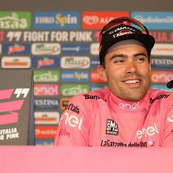 06-05-2016: Wielrennen: Giro: Apeldoorn   <br /> APELDOORN (NED) wielrennen      <br /> De 99e ronde van Italie is van start gegaan met een tijdrit of 9,8 kilometer door de straten van Apeldoorn. De finishlijn was getrokken op de Loolaan. Tom Dumoulin (Giant Alpecin) was de snelste en mag in Arnhem vertrekken in het roze