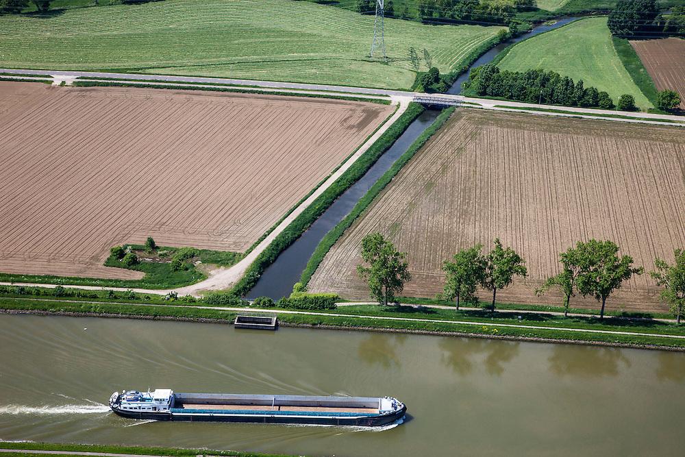 Nederland, Limburg, Gemeente Maasgouw, 27-05-2013; scheepvaart op het Julianakanaal bij Ohe en Laak. <br /> Shipping on Julianacanal (Meuse canal).<br /> luchtfoto (toeslag op standard tarieven);<br /> aerial photo (additional fee required);<br /> copyright foto/photo Siebe Swart.