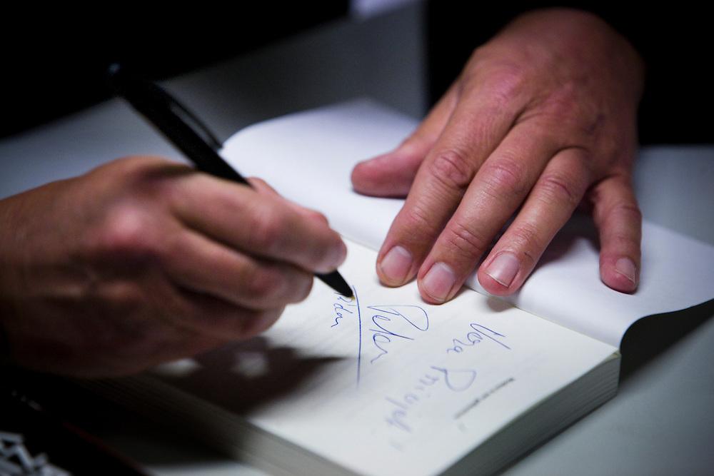 Nederland. Rotterdam, 30 oktober 2007.<br /> Peter d'Hamecourt, journalist. Correspondent in Rusland voor de NOS. Hij is in Nederland voor de presentatie van zijn boek &quot; Russen zien ze vliegen&quot;.<br /> Foto Martijn Beekman <br /> NIET VOOR TROUW, AD, TELEGRAAF, NRC EN HET PAROOL
