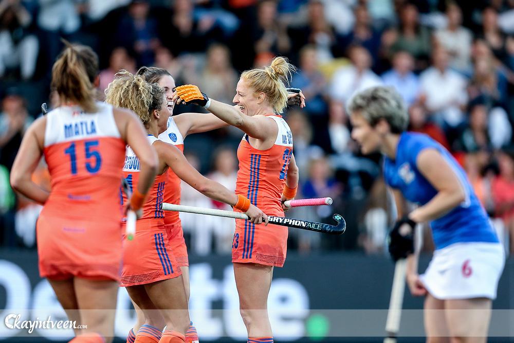 AMSTELVEEN - Nederland - Tsjechie , Hockey , Ek Hockey 2017 Dames / Euro Hockey Championships 2017 , Wagener Stadion , 22-08-2017 , Nederland speelster Margot van Geffen (2e r) viert haar doelpunt