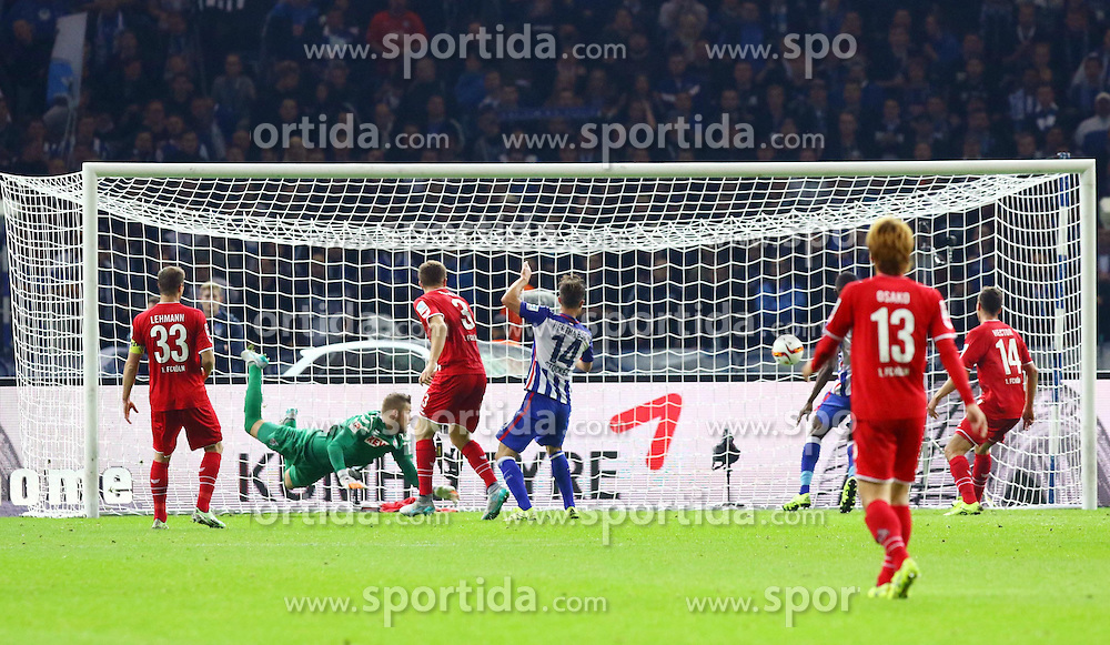 22.09.2015, Olympiastadion, Berlin, GER, 1. FBL, Hertha BSC vs 1. FC Koeln, 6. Runde, im Bild Keine CHance fuer TW Timo Horn (#1, 1. FC Koeln), Vedad Ibisevic (#19, Hertha BSC Berlin) trifft zum 1:0 // during the German Bundesliga 6th round match between Hertha BSC and 1. FC Cologne at the Olympiastadion in Berlin, Germany on 2015/09/22. EXPA Pictures &copy; 2015, PhotoCredit: EXPA/ Eibner-Pressefoto/ Hundt<br /> <br /> *****ATTENTION - OUT of GER*****
