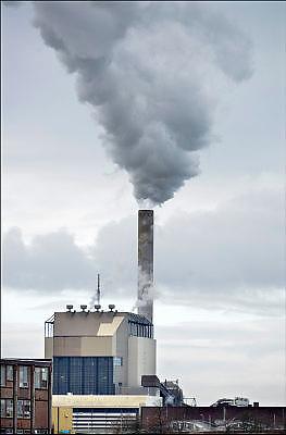 Nederland, the Netherlands, Nijmegen, 25-11-2015 Elektriciteitscentrale van Electrabel, voorheen PGEM, EPON, Nuon en Electrabel. Onderdeel van GDF SUEZ Energie Nederland. Het is een kolengestookte centrale, en wordt gesloten te worden vanwege ouderdom, stroomoverschot en milieuakkoord. Er worden ook biomassa en houtsnippers verstookt. Op het terrein zal een zonnepanelenpark gebouwd worden. Power plant will shut down early 2016 because of electricity surplus and co2 emissions Foto: Flip Franssen/HH