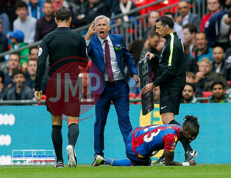 Crystal Palace Manager Alan Pardew expresses his anger at referee Mark Clattenberg - Mandatory byline: Rogan Thomson/JMP - 21/05/2016 - FOOTBALL - Wembley Stadium - London, England - Crystal Palace v Manchester United - FA Cup Final.
