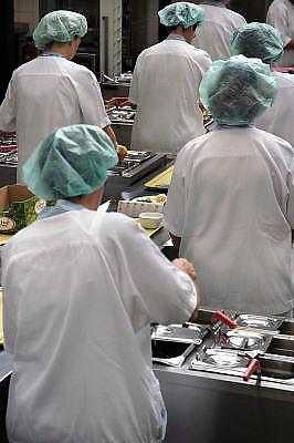 Nederland, Nijmegen, 22-5-2010Centrale keuken van een ziekenhuis. aan de lopende band worden de maaltijden voor de patienten opgescheptFoto: Flip Franssen