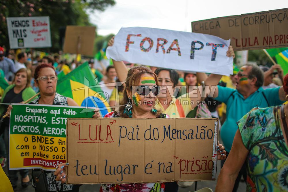 Dezenas de milhares de brasileiros saíram para manifestações domingos para se opor presidente esquerdista Dilma Rousseff, um alvo de crescente descontentamento em meio a uma economia vacilante e um escândalo de corrupção maciça no estado gigante do petróleo Petrobras.  FOTO: Jefferson Bernardes/ Agência Preview