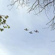 NLD/Huizen/20060504 - Dodenherdenking 2006 Huizen, burgemeester Frans Willem van Gils gemeente Huizen, flyby van vliegtuigen