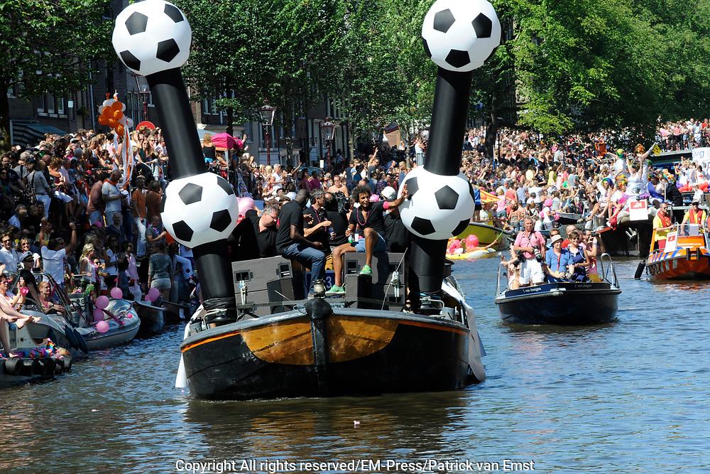 Canal Parade 2013 in de Amsterdamse grachten. De Canal Parade is het hoogtepunt van de Gay Pride, een feestweek met voornamelijk homo's, bi's, lesbiennes en transgenders.<br /> <br /> On the photo: <br /> <br />  KNVB boot het Pierre van hooijdonk en Regilio Vrede