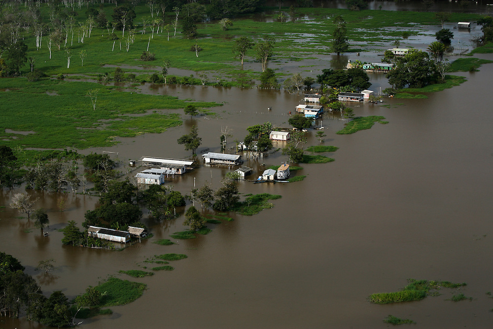May 16th 2006. West of Santarem (Para State, Brazil)..Amazon river, aerial scouting of the flooding affected area from Santarem to Manaus.  ©Daniel Beltra