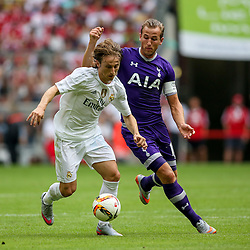 04.08.2015, Allianz Arena, Muenchen, GER, AUDI CUP, Real Madrid vs Tottenham Hotspur, im Bild Harry Kane (Tottenham Hotspur #18) im Zweikampf gegen Luka Modric (Real Madrid CF #19) // during the 2015 Audi Cup Match between Real Madrid and Tottenham Hotspur at the Allianz Arena in Muenchen, Germany on 2015/08/04. EXPA Pictures © 2015, PhotoCredit: EXPA/ Eibner-Pressefoto/ Schueler<br /> <br /> *****ATTENTION - OUT of GER*****