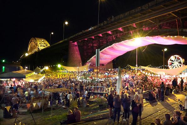 Nederland, The Netherlands, 23-7-2015 Recreatie, ontspanning, cultuur, dans, theater en muziek in de binnenstad. Cultuurfestival de Kaaij, kaai. Een van de tientallen feestlocaties in de stad. Onlosmakelijk met de vierdaagse, 4daagse, zijn in Nijmegen de vierdaagse feesten, de zomerfeesten. Talrijke podia staat een keur aan artiesten, voor elk wat wils. Een week lang elke avond komen ruim honderdduizend bezoekers naar de stad. De politie heeft inmiddels grote ervaring met het spreiden van de mensen, het zgn. crowd control. De vierdaagsefeesten zijn het grootste evenement van Nederland en verbonden met de wandelvierdaagse. Foto: Flip Franssen/Hollandse Hoogte