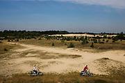 Laurenz Veendrick rijdt op zijn fiets met elektrische trapondersteuning over de Veluwe. Veendrick organiseert zogenaamde fietssafari's met de speciale fietsen. Door de trapondersteuning en de sportievere fiets is het voor bijna iedereen mogelijk om ook over onverharde wegen en heuvels met gemak te fietsen. Tijdens een fietssafari krijgen de maximaal 4 deelnemers niet een leuke fietstocht. Veendrick vertelt ook over de gebieden en weet ook nog vaak wel wat dieren te vinden.