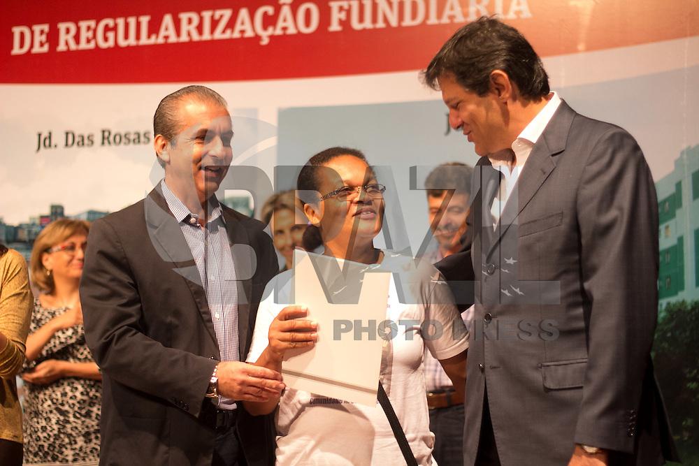SAO PAULO, 25.04.2015 - REGULARIZA&Ccedil;&Atilde;O FUNDIARIA - O Prefeito Fernando Haddad compareceu ao CEU Campo Limpo na manh&atilde; deste s&aacute;bado (25) para a entrega de T&iacute;tulos das &Aacute;reas do Pq. Fernanda I, Jd. das rosas e do Jd. Irene. Al&eacute;m do prefeito, a vice-prefeita Nadia Campe&atilde;o e outras autoridades estiveram presentes no evento.<br /> <br /> (Foto: Fabricio Bomjardim / Brazil Photo Press)