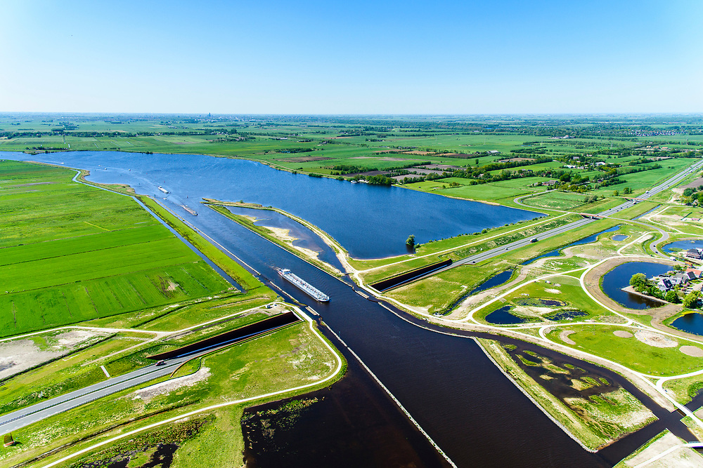 Nederland, Friesland, Centrale As, 07-05-2018; provinciale weg 356 (N356), Sintrale As of de Centrale As, tussen Nijega en Dokkum.<br /> Lokatie ter hoogte van Burgum, kruising met Prinses Margrietkanaal, Hendrik Bulthuisaquaduct.<br /> New local motorway Friesland, aqueduct.<br /> luchtfoto (toeslag op standaard tarieven);<br /> aerial photo (additional fee required);<br /> copyright foto/photo Siebe Swart
