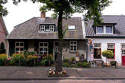 THEMENBILD - Das Bild zeigt einen Mann der an seinem Haus in der Papenvoort arbeitet, Aufgenommen am 26. Juli 2016 in Nuenen // This picture shows a man who is working on his house, Nuenen, Netherlands on 2016/07/26. EXPA Pictures © 2016, PhotoCredit: EXPA/ Sebastian Pucher