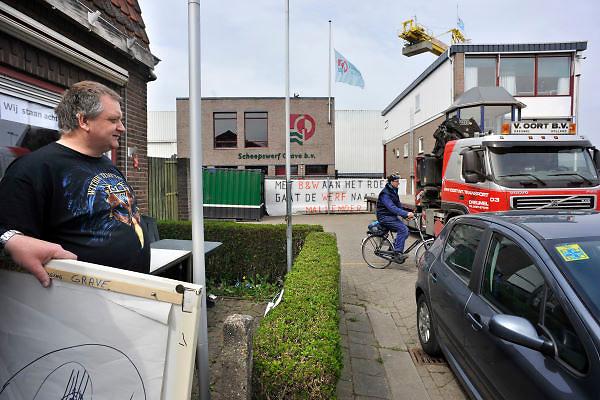 Nederland, Grave, 17-4-2012De directeur van Scheepswerf Grave heeft surseance, uitstel, van betaling aangevraagd. De werf mag van de gemeente geen schip bouwen dat groter is dan 110 meter. Vrijdag jl leek het gevaar afgewend door een gedoogteostemming van de wethouder, maar deze is juridisch niet houdbaar. De buurman van de werf is bestuurslid van de EHBO-vereniging die haar cursussen gaven in de kantine. Ze hebben de flip-over en ander klein spul al veilig gesteld. Andere verenigingen en bedrijven die nog spullen op de werf hebben komen deze snel weghalen voordat er een ketting op de poort komt.Foto: Flip Franssen/Hollandse Hoogte