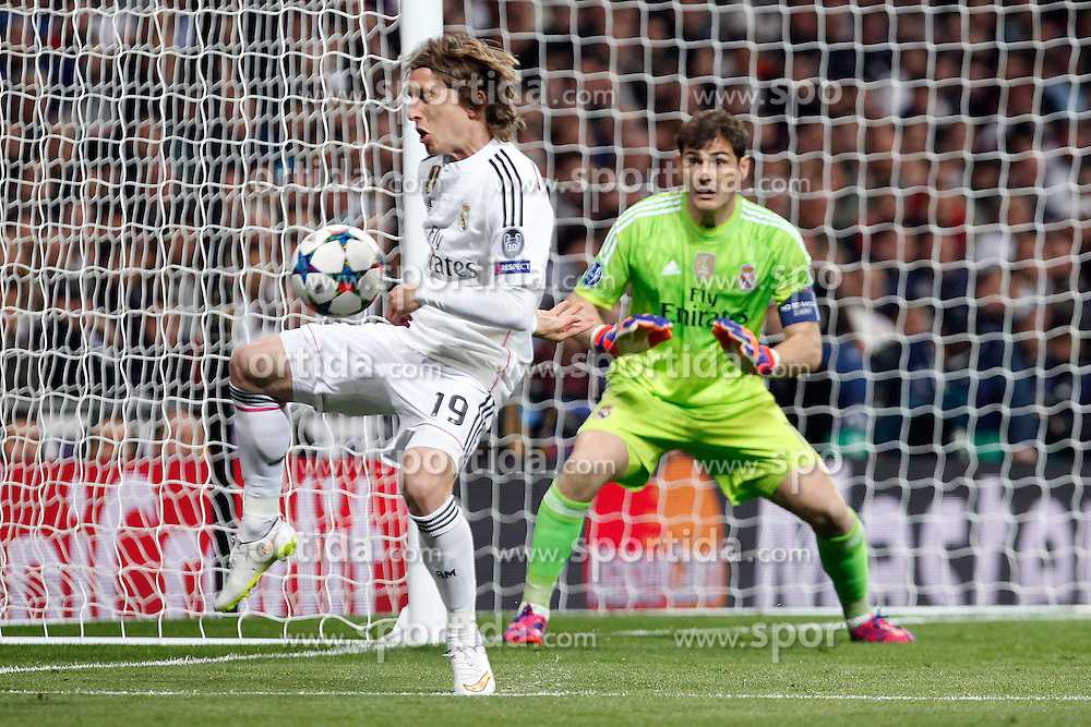 10.03.2015, Estadio Santiago Bernabeu, Madrid, ESP, UEFA CL, Real Madrid vs Schalke 04, Achtelfinal, R&uuml;ckspiel, im Bild Real Madrid&acute;s Modric and Iker Casillas // during the UEFA Champions League Round of 16, 2nd Leg match between Real Madrid and Schakke 04 at the Estadio Santiago Bernabeu in Madrid, Spain on 2015/03/10. EXPA Pictures &copy; 2015, PhotoCredit: EXPA/ Alterphotos/ Caro Marin<br /> <br /> *****ATTENTION - OUT of ESP, SUI*****