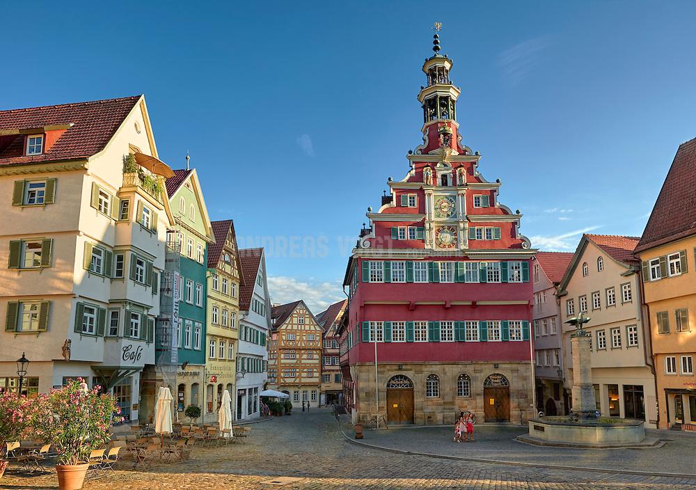 Das Alte Rathaus von 1422 weist das für die damalige Zeit so typische schwäbisch-alemannische Fachwerk auf, einen mächtigen, ochsenblutroten Fachwerkbau mit eindrucksvoller Renaissance-Fassade.