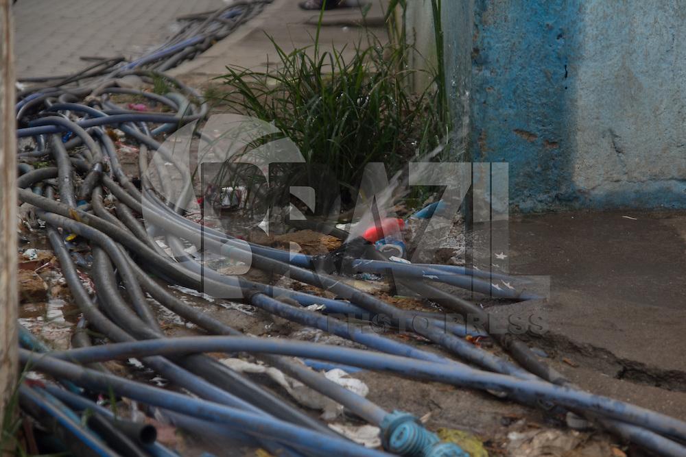 SAO PAULO, SP - 18.03.2015 - CRISE HIDRICA / INSTALA&Ccedil;&Otilde;ES IRREGULARES - Moradores do Jd. Aracati, fazem instala&ccedil;&otilde;es irregulares para fornecer &aacute;gua para a comunidade. Diversos vazamentos foram identificados na manh&atilde; desta quarta-feira (18) por kilometros de mangueiras e canos clandestinos entre a altura do 10.500 da Est. do M'Boi Mirim e a comunidade.<br /> <br /> <br /> (Foto: Fabricio Bomjardim / Brazil Photo Press)